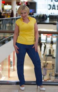 žluté tričko modré kalhoty 3